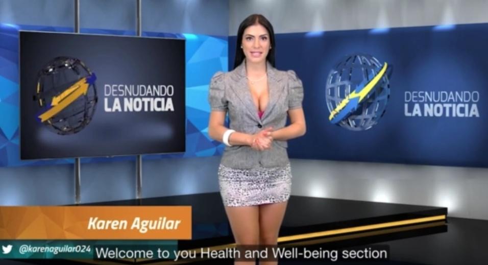 """6.ago.2015 - No """"Desnudando la Notícia"""", telejornal venezuelano famoso por deixar suas apresentadoras nuas durante o programa, foi a vez da âncora Karen Aguilar tirar a roupa enquanto comandava a atração. Desinibida, a morena deixou suas partes íntimas à mostra enquanto falava com o telespectador. Veja como foi nas fotos a seguir"""