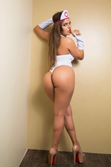 """30.ago.2015 - Representante do Distrito Federal no Miss Bumbum 2015, a modelo Suzy Cortez posou de enfermeira sexy para uma marca de roupas eróticas e falou sobre suas preferências na cama. A morena, que atualmente está solteira, diz gostar de coisas diferentes no dia a dia com o par. """"Na hora H sou bem criativa"""", comentou Suzy"""
