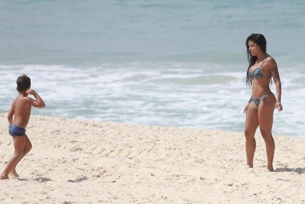 1°.abr.2016 - De biquíni fio-dental, a dançarina exibiu suas curvas em uma manhã ensolada na praia da Reserva, no Rio de Janeiro