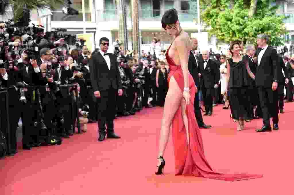 19.mai.2016 - A modelo Bella Hadid, de apenas 19 anos, roubou a cena no tapete vermelho de Cannes. Com um vestido longo com superfenda e superdecote, a beldade atraiu todos os olhares e cliques. A jovem norte-americana também chamou a atenção por não usar calcinha durante o evento - Alberto Pizzoli/AFP