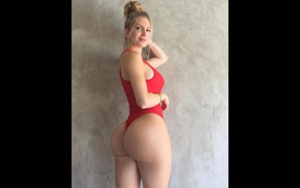 """17.jul.2017 - A modelo Amanda Lee exibiu seu corpo perfeito ao postar uma foto de maiô no Instagram. A musa canadense, que tem quase 10 milhões de seguidores na rede social, recebeu milhares de elogios nas mais diversas línguas. """"Com esta carinha de anjo, sonho que estou no céu"""", se declarou um fã em espanhol. Como de costume, a diva fitness recebeu muitos elogios de mulheres também. """"Você é minha inspiração de todos os dias"""", disse uma seguidora que aparentemente tem se esforçado na musculação"""