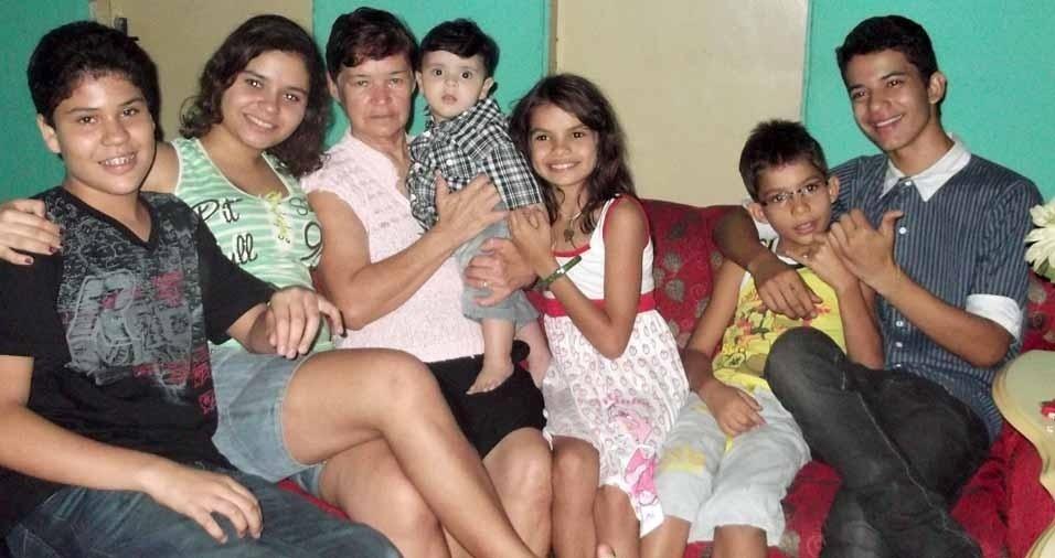 Vovó Graça, de Paulista (PE), com os netos Danilo, Camilla, Davi, Marcella, Henrique e Paulo