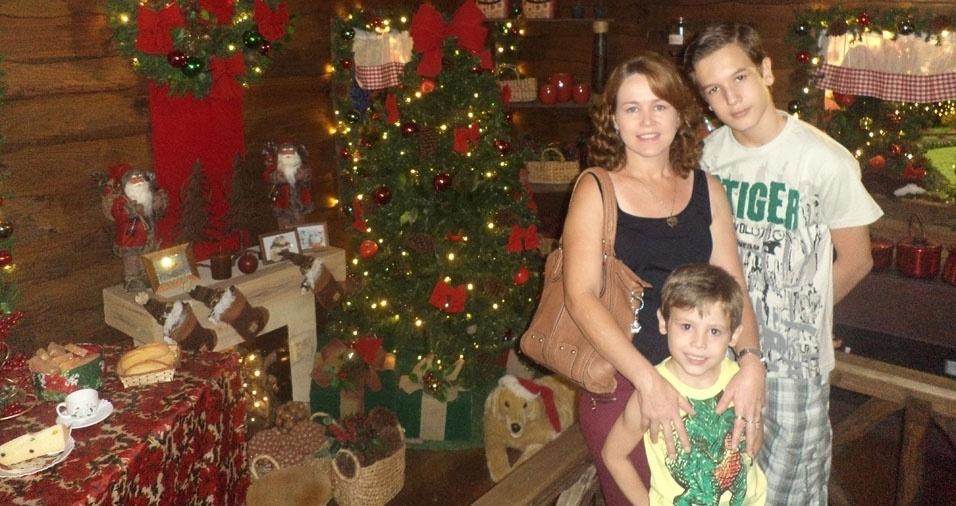 Jeferson Ricardo do Nascimento e Leonardo Henrique, de Ribeirão Preto (SP), com a mamãe Telma Cristina Nascimento