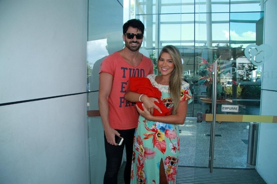 15.fev.2016 - Os ex-BBBs Rodrigão e Adriana Sant'Anna posam para fotos após deixar a maternidade onde nasceu o pequeno Rodrigo, no Rio de Janeiro