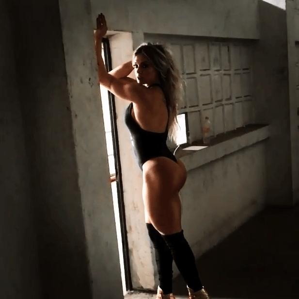 7.mar.2016 - Juju Salimeni mostrou que está com o bumbum em dia em ensaio sensual. A musa fitness publicou no Instagram um vídeo do making of