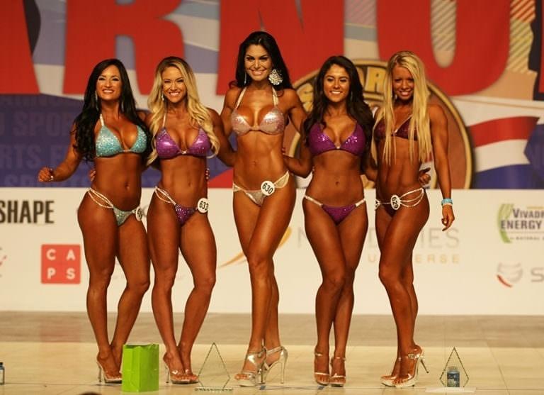 7.mar.2017 - Juliete de Pieri (ao centro) posa com as finalistas do concurso Arnold Model Search na decisão do concurso, nos Estados Unidos
