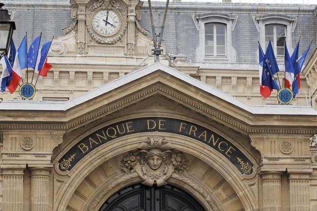 """Valor roubado: US$ 30,3 milhões (mais de R$ 95 milhões) - Em 1992, uma quadrilha fortemente armada invadiu a sede do Banco da França, em Toulon. Os ladrões ameaçaram explodir tudo, com explosivos colocados no corpo do segurança do banco. A agência estava cheia de clientes durante o assalto. O roubo, que durou cerca de 20 minutos, ficou conhecido na França como """"O Caso do Século"""". A maior parte dos ladrões foi presa dois meses depois. Só 10% do dinheiro foi recuperadomeses depois. Só 10% do dinheiro foi recuperado"""