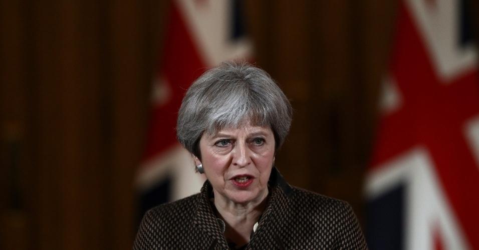 A primeira-ministra britânica, Theresa May, durante coletiva de imprensa neste sábado (14), após o Reino Unido participar dos ataques aéreos a Damasco, capital da Síria
