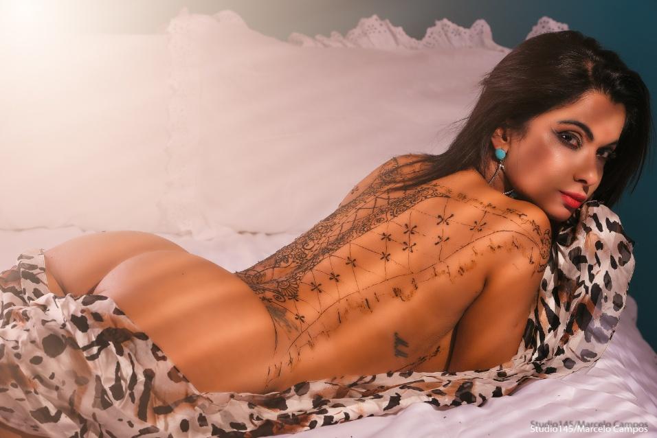 Que corpo! Dani Sperle sensualiza em ensaio completamento nua