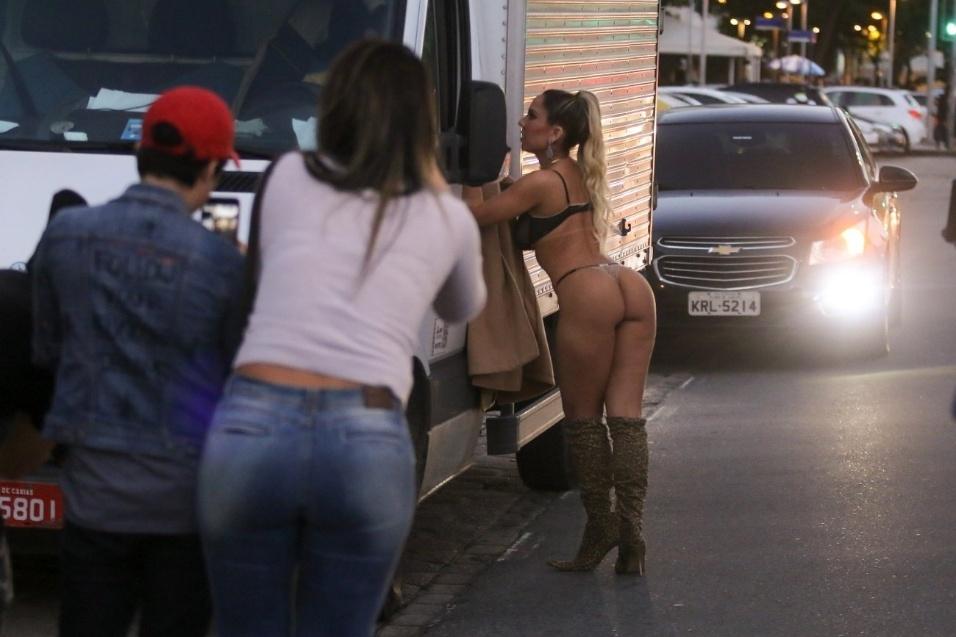 Mulher Melão posa sensual no calçadão de Copacabana. Nas próximas imagens é possível ver que funkeira não faz cerimônia quando o assunto é ficar sem roupa