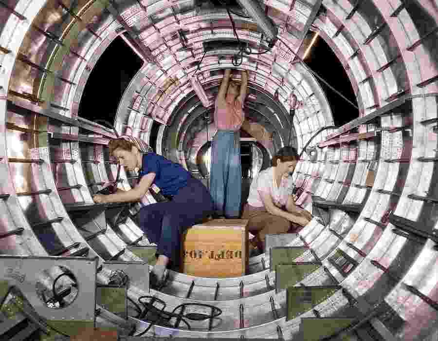 1°.out.2015 - Imagens, feitas há mais de 70 anos, mostram um universo diferente, onde mulheres trabalhavam duro nas linhas de montagem - Reprodução/War History Online