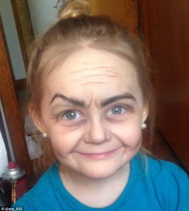 8.jan.2016 - Roey, de 3 anos, foi maquiada pela tia e ficou parecida com uma vovó