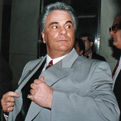 John Gotti foi o chefe da família Gambino, uma das maiores famílias mafiosas de Nova York, de 1985 até sua a morte, em 2002, vítima de um câncer na garganta enquanto cumpria prisão perpétua em uma prisão federal Springfield, Missouri. Ele tinha 61 anos