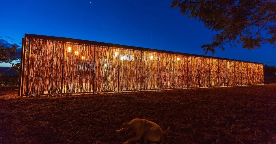 19.fev.2016 - Uso do eucalipto procurou manter a tradição das construções locais e, ao mesmo tempo, garantir privacidade e segurança