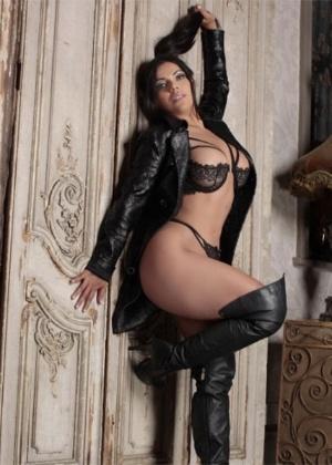 5944257dd Suzy Cortez posa com botas de couro e look preto arrasador ...