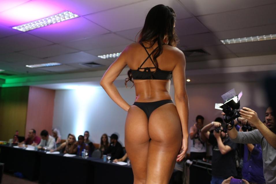 14.dez.2016 - Clariane Caxito exibe sua curvas no palco