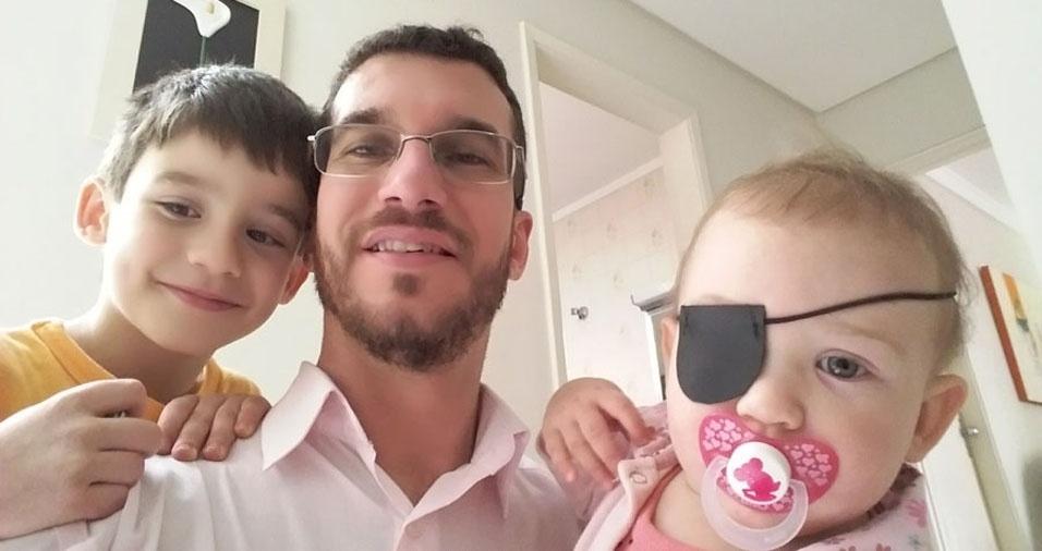 Papai Marcos com os filhos Izabela e Mateus