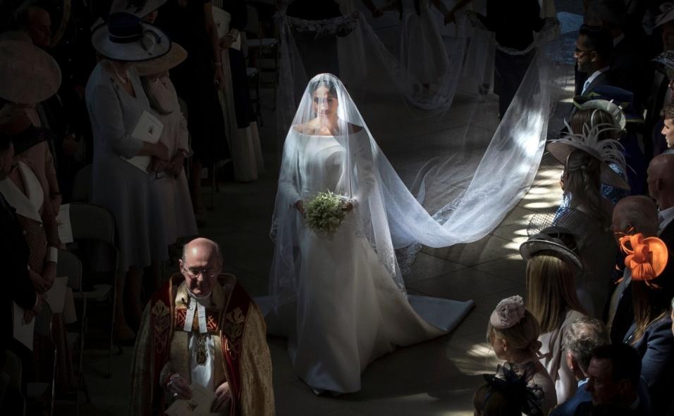 Meghan Markle entrou sozinha na capela de São Jorge, acompanhada por pajens, e depois foi conduzida ao altar pelo príncipe Charles