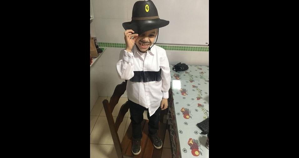 Elaine Paulino de Moura, de São Paulo (SP), apresenta seu caipirinha super estiloso Henrique Moura Barbosa, de seis anos