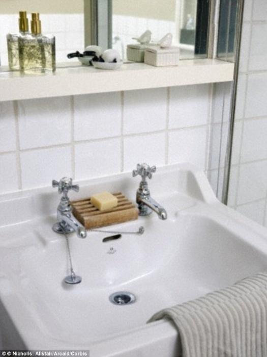 3.dez.2015 - Atualmente é comum que sua pia do banheiro tenha apenas uma torneira. Segundo William Hanson, em construções mais antigas, anteriores a 1980, entretanto, era comum que houvesse duas torneiras em uma mesma pia
