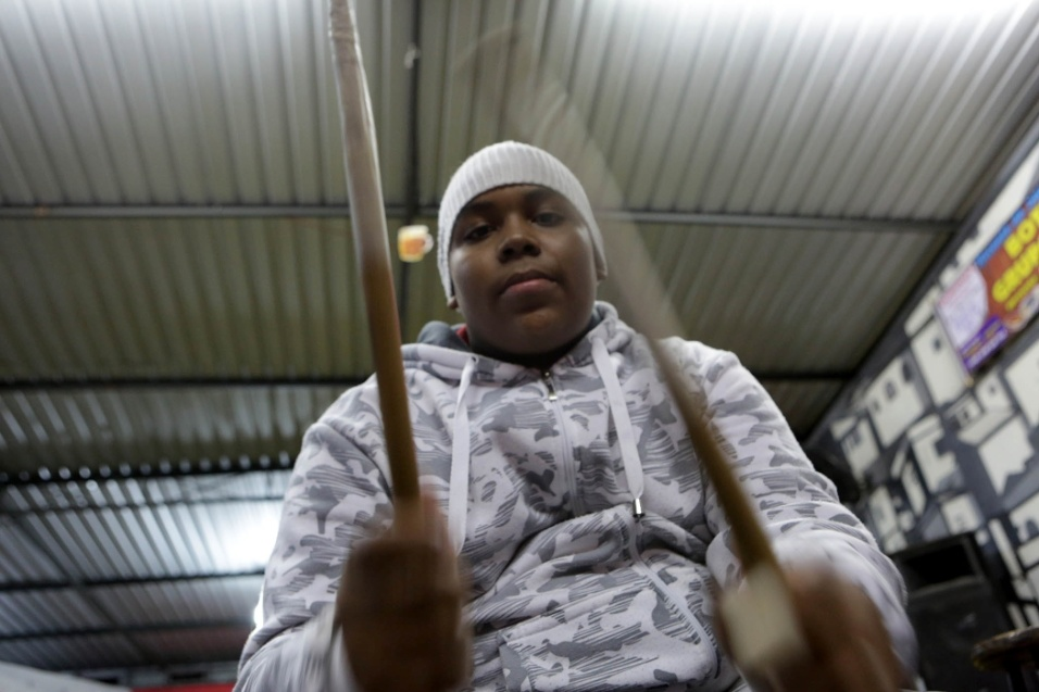 Enzo Eduardo Alves, de 15 anos, acompanha e toca com a roda Maria Cursi, que preza em passar o conhecimento do samba entre as gerações da comunidade de São Mateus