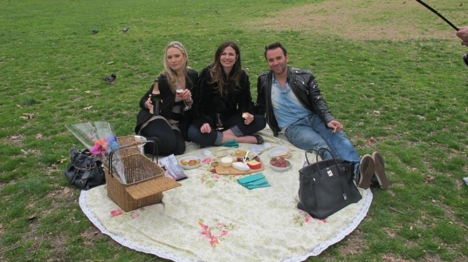 Abr.2011 - Da esquerda para a direita, Fabiana Saba, Luciana Gimenez e Matheus Mazzafera gravam no Central Park, em Nova York