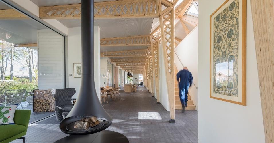 6.mar.2017 - Cercado por um jardim, o Maggie's Cancer Centre oferece um ambiente discreto com salas de ginástica, biblioteca e mesa comunitária para os tradicionais chás ingleses