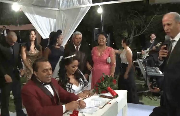 25.mai.2017 - Cerimônia em Brasília teve como padrinhos os ex-BBB Luiz Felipe, Mayara, Rômulo e Roberta