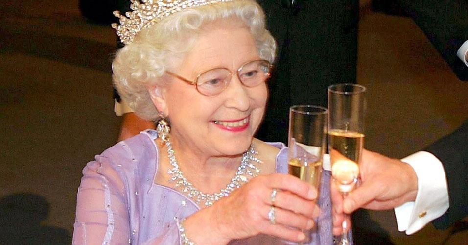 22. Segundo informações da prima da rainha, Margaret Rhodes, Elizabeth 2ª bebe gim e Dubonnet antes do almoço, durante o almoço ela toma vinho e no jantar um dry Martini e uma taça de espumante