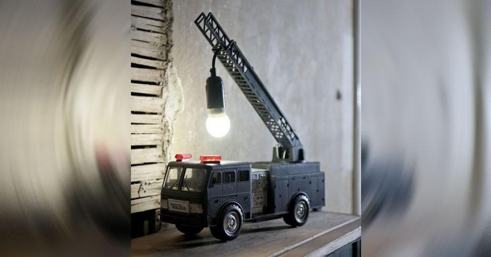 15. Luminária feita a partir de um caminhão de bombeiros