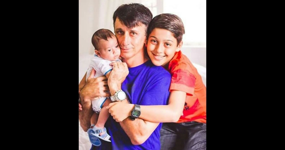 """""""Sou Vinicius Lopes de Abreu, meu pai é Emerson Lopes de Abreu, o bebê é meu irmão Benjamim. Moramos em Joinville (SC)"""""""