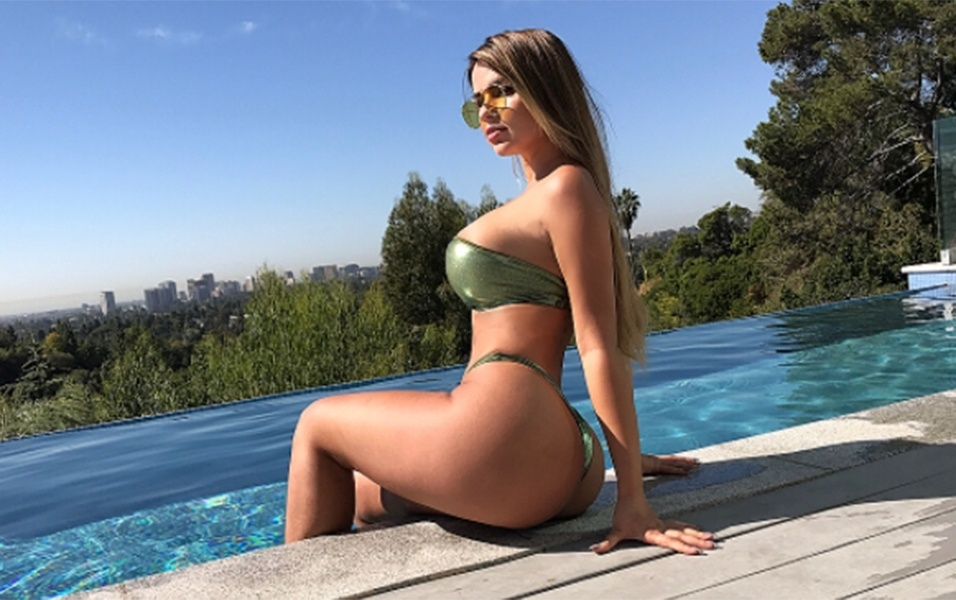 16.out.2017 - A modelo russa Anastasia Kvtiko aproveitou o calor da Califórnia, nos Estados Unidos, para fazer mais uma sessão de fotos de biquíni. A gata apareceu sentada à beira de uma piscina infinita de um hotel no badalado bairro de Beverly Hills