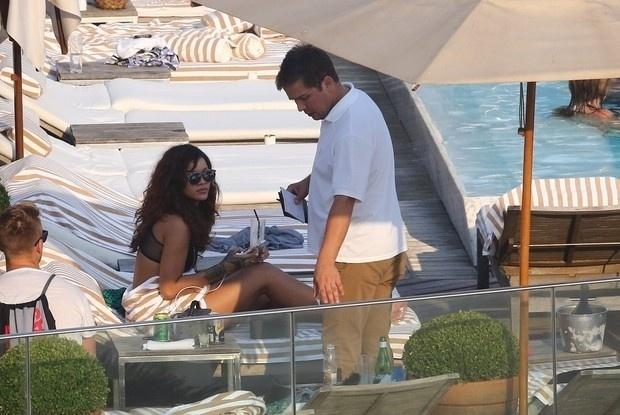 29.set.2015 - Rihanna curtiu um dia de sol no hotel de luxo onde estava hospedada, no Rio