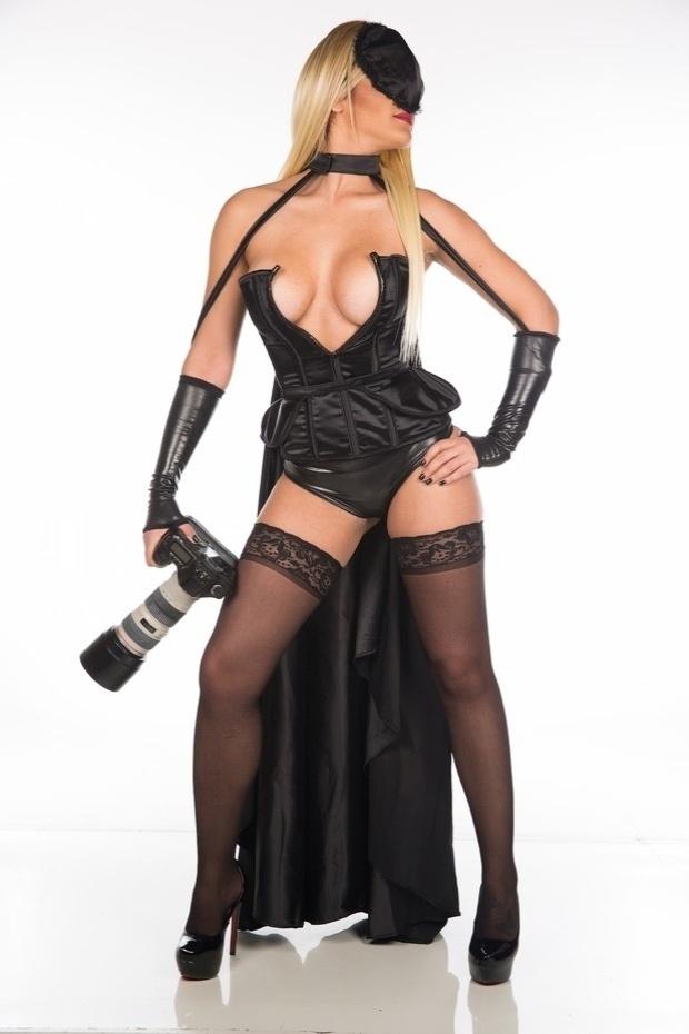 8.nov.2015 - De lingerie, capa e máscara, uma loira misteriosa surpreendeu Antônio Fagundes na saída de um teatro em São Paulo. Ao Ego, a fotógrafa sensual - que se intitula