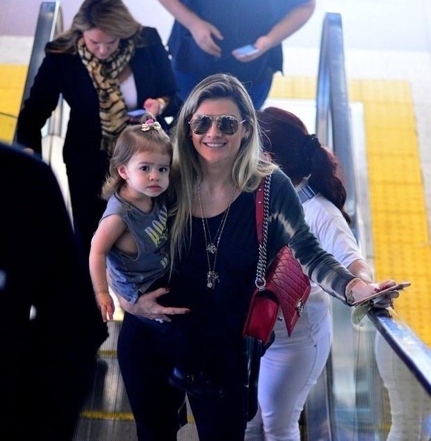 27.jun.2016 - Que duplinha mais linda a mamãe Mirella Santos com a pequena Valentina no aeroporto Santos Dumont, no Rio de Janeiroa A pequena vai completar 2 anos em agosto