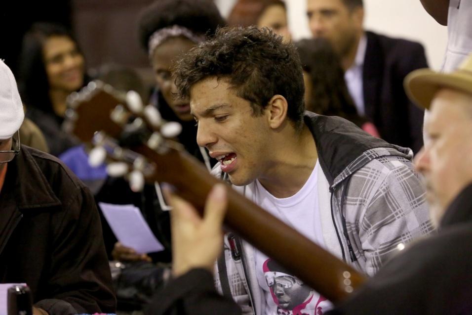 Músicos jovens, sambistas experientes, público amante da batucada se reúnem para cultuar o samba com o Samba da Tenda