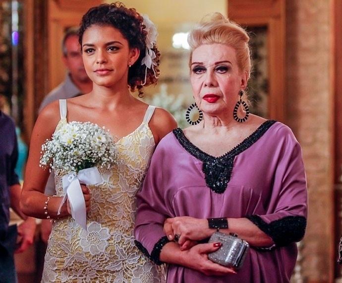 22.ago.2015 - Gabi (Kizi Vaz), ao lado da avó Úrsula (Rogéria), vai ao altar com Tadeu (Cesar Mello). A personagem usa um modelo mais simples, com detalhes em amarelo