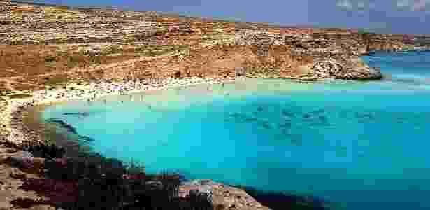 21. A praia dos Coelhos, em Lampedusa, na Sicília, Itália, é uma linda praia no Mar Mediterrâneo, onde o sol brilha o ano todo sobre o mar azul turquesa - Reprodução/supercoolbeaches - Reprodução/supercoolbeaches
