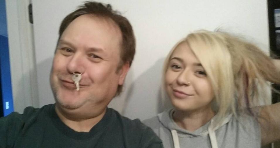 19. O piercing de argola no nariz estimulou a criatividade do pai