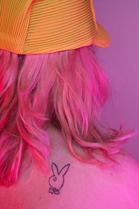 26.abr.2016 - O ensaio fotográfico realizado pela artista Chloe Newman, que vive em Londres, busca desmistificar esse sentimento e mostrar que podemos aceitar e amar as marquinhas do corpo
