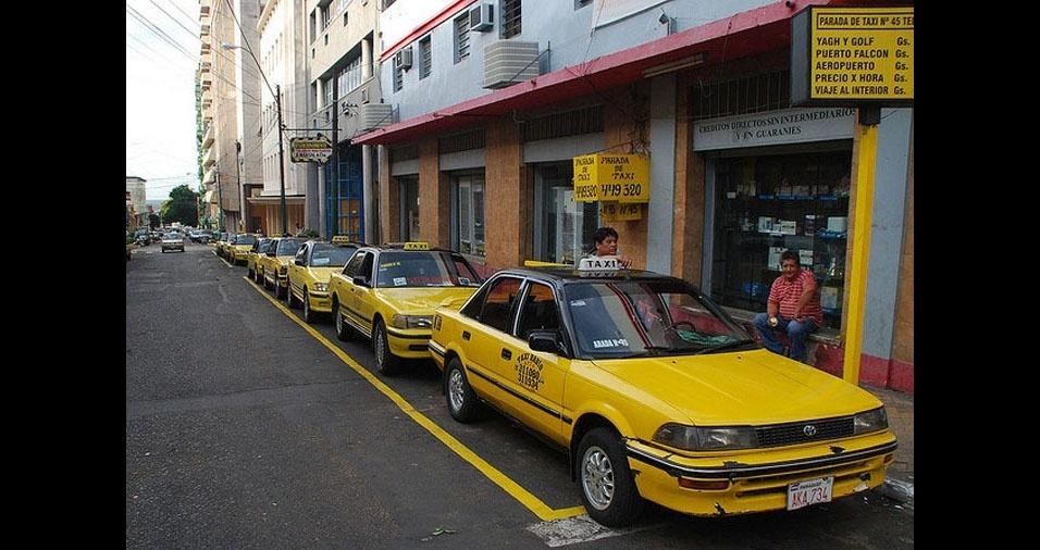 10. No vizinho Paraguai, os táxis são amarelos com o tetos pretos