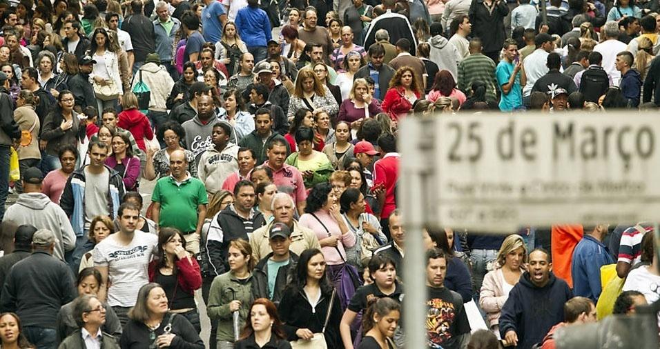 """1. A rua 25 de Março, em São Paulo, é conhecida pelo grande fluxo de pessoas que passam por ela diariamente, principalmente em épocas comemorativas como o Natal, Dia das Crianças e Dia das Mães. É normal ouvirmos as pessoas dizendo que """"parece um formigueiro"""", quando se referem à quantidade de pessoas que transitam por lá"""