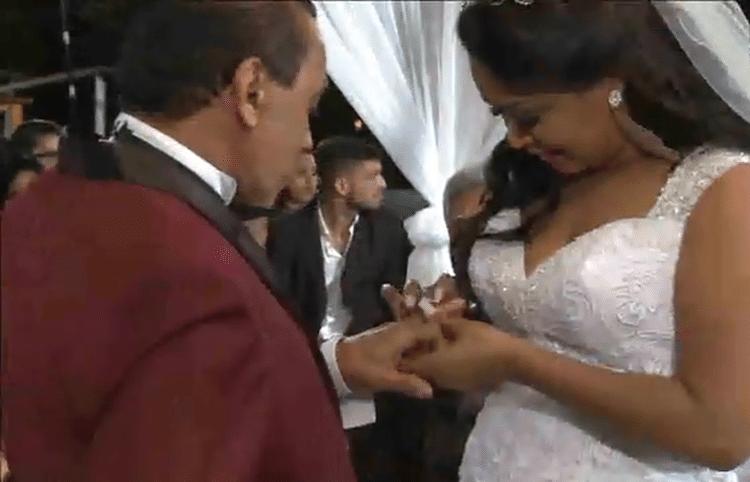 25.mai.2017 - A ex-BBB Elis coloca a aliança no marido pela segunda vez