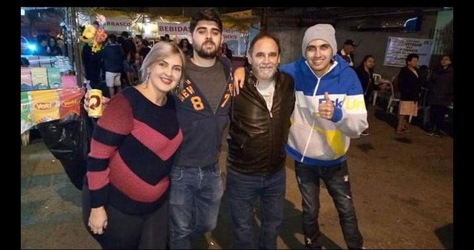 """""""Valmir Fonseca com três de seus filhos : Luciana , Gustavo e Willian. Faltou a Denise.  Pai eu te amo e peço pra Deus abençoar todos seus passos"""", declara Luciana Soares, de Guarulhos (SP)"""