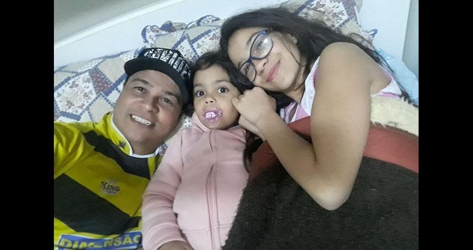 Giovana e Emilly com o papai Janderson, de São Paulo (SP)