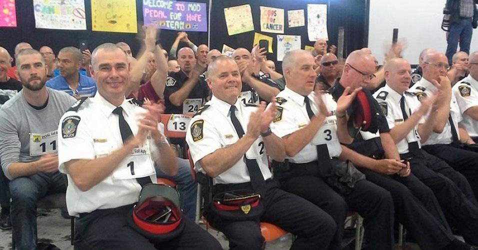 31. Em maio de 2015, uma associação de apoio a pessoas com câncer do Canadá entrou para o livro dos recordes ao promover um corte de cabelos coletivo. 267 pessoas, sendo 30 mulheres, ficaram carequinhas da silva, por uma boa causa.