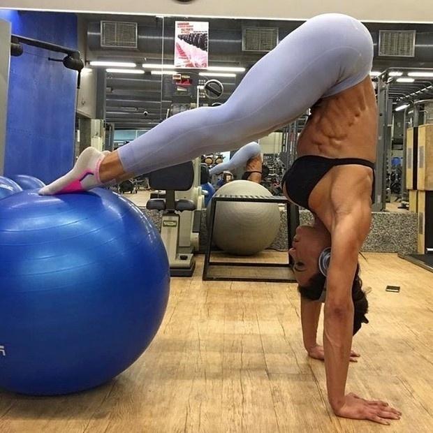 9.set.2016 - Gracyanne Barbosa mostrou toda a sua força e elasticidade ao postar uma foto em suas redes sociais. Na imagem, a gata exibiu sua barriga trincadíssima