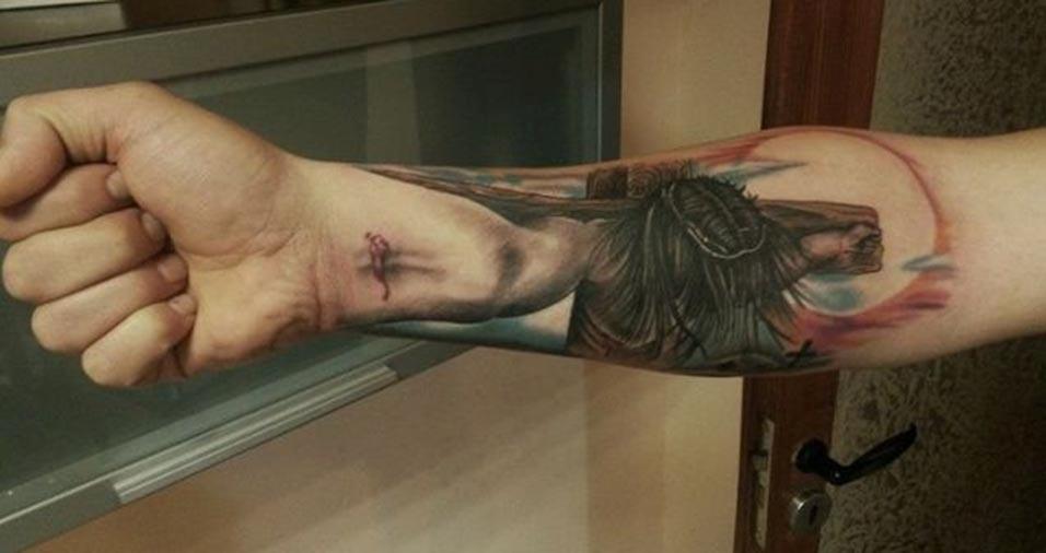 Outra tatuagem que mostra Jesus Cristo crucificado