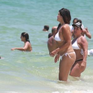 e12c6c56f Cristiana Oliveira curte praia no Rio com biquininho branco ...