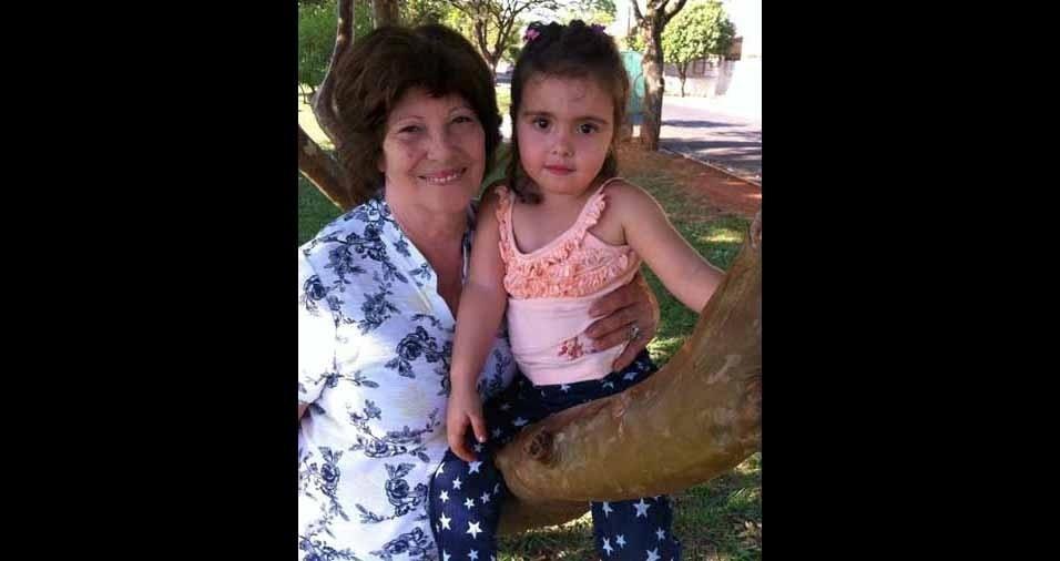 Vovó Cidinha com a netinha Luna, de cinco anos